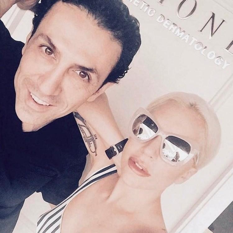 La cantante Lady Gaga no oculta en redes sociales su devoción por el especialista en estética