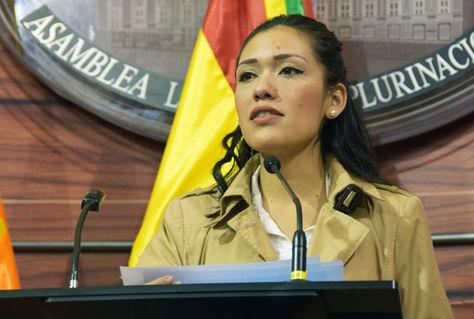 La senadora Adriana Salvatierra hoy en conferencia de prensa.