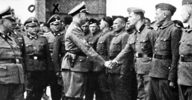 Heinrich Himmler saluda a nuevos reclutas en el campo de concentración de Trawniki en la Polonia ocupada (AP)