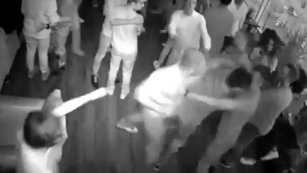 'Terminator' de la vida real noquea a varias personas en una discoteca