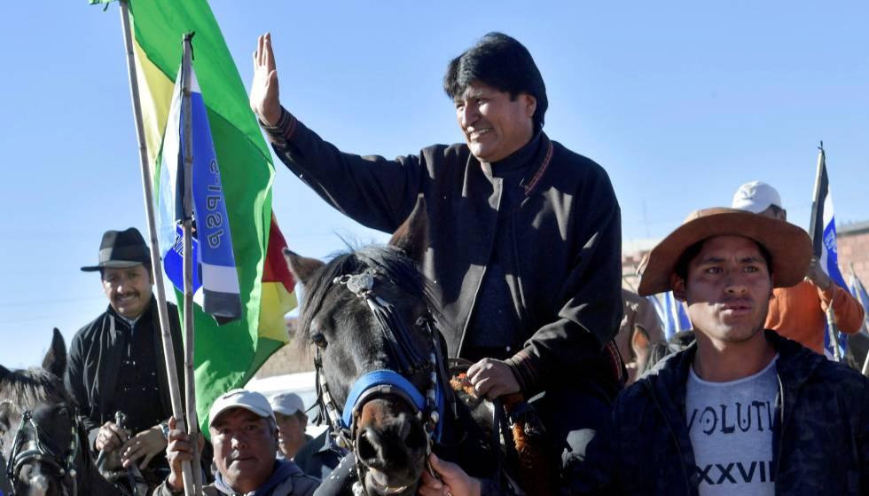 Evo Morales saluda a sus seguidores este jueves en Padcoyo (Bolivia).