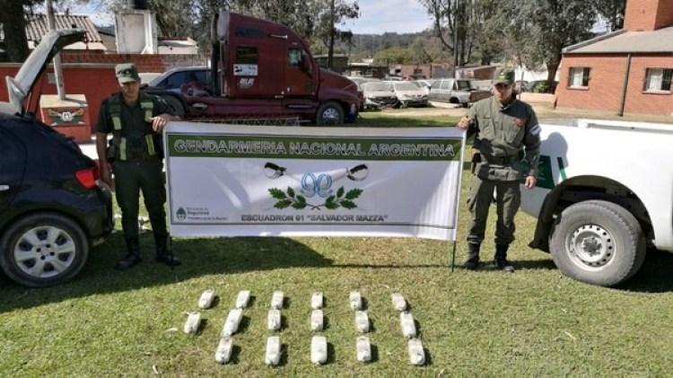 Una pareja fue detenida al sersorprendida cuando se desplazaba en un auto cargado con más de 18kilos de cocaína por la ruta 34, a la altura de la localidadsalteña de El Arenal, a unos 20 kilómetros de Rosario de laFrontera. (FOTO NA / GENDARMERÍA)