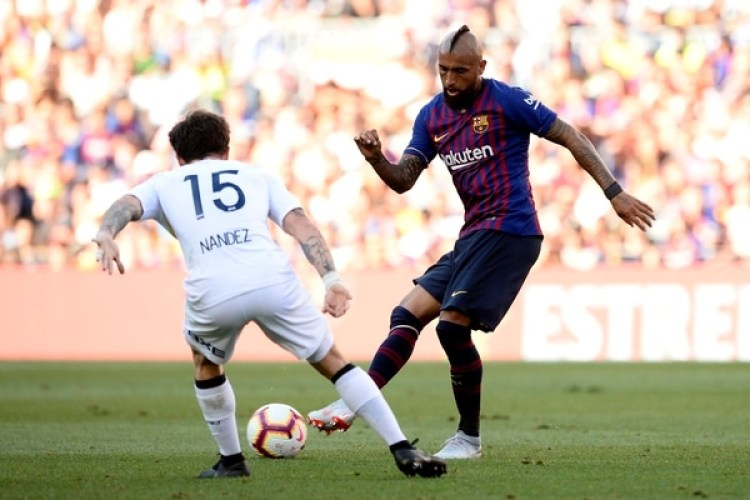 Arturo Vidal frente aNahitan Nández, en el amistoso ante Boca en el Camp Nou. El chileno fue silbado por los hinchas argentinos cada vez que tocó la pelota (Foto: AFP)