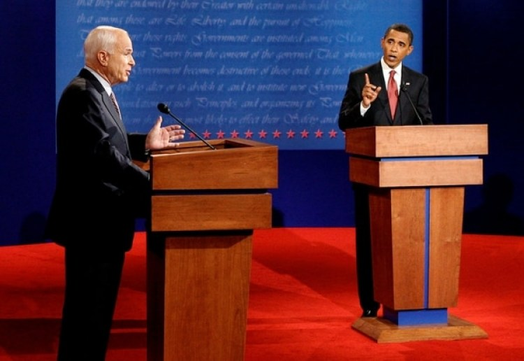 McCain durante debate presidencial con Obama en el 2008. (REUTERS/Jim Bourg/File Photo)