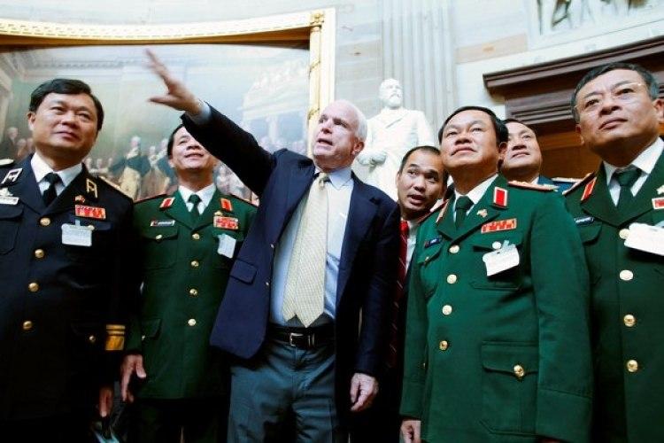 McCain le dan un tour a militares vietnamitas por el Capitolo. (REUTERS/Jonathan Ernst/File Photo)