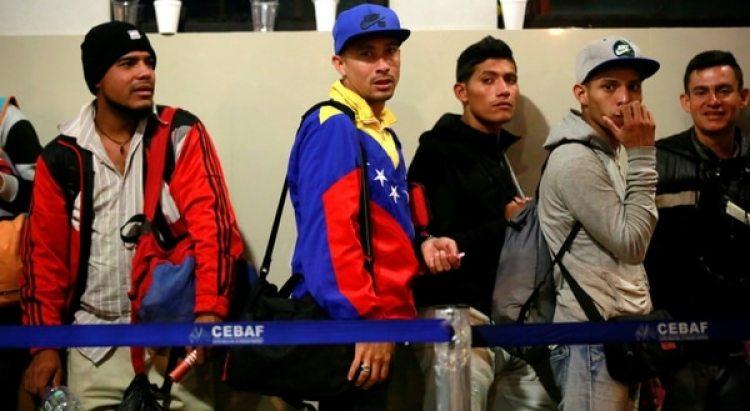 Un grupo de inmigrantes venezolanos espera su turno para presentare antes las autoridades de inmigración peruanas. (Reuters)