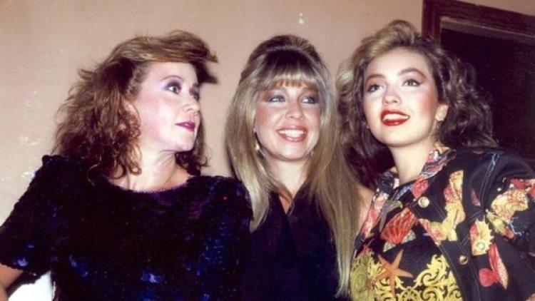 Con sus hermanas, Laura y Ernestina