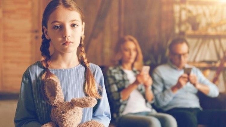 Más que restringir el tiempo, el ejemplo de los padres desde la niñez ayuda a la formación de hábitos de conexión. (Getty)