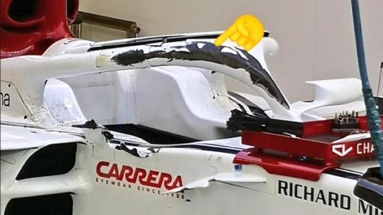 El emoji señala la pintura levantada en el halo de Leclerc, a centímetros de su cabeza