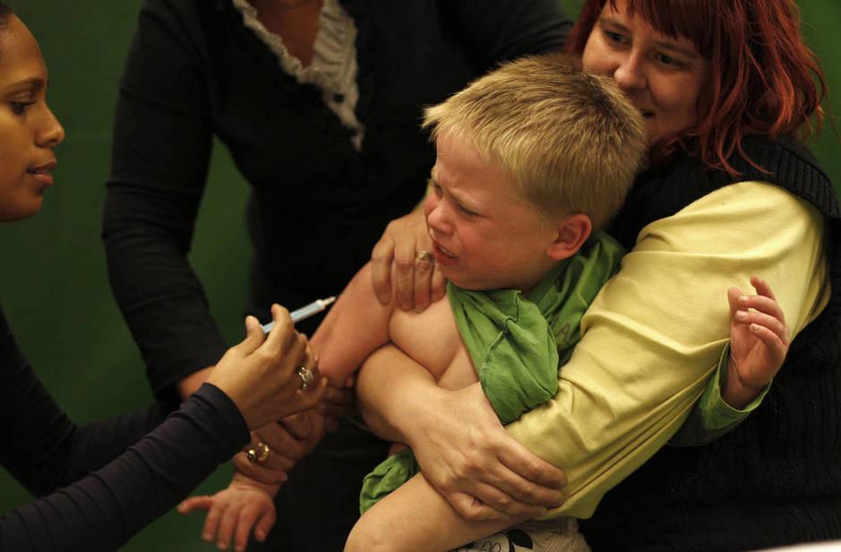 Un niño recibe una vacuna contra la gripe porcina en Schiedam, Holanda, en noviembre de 2009. (Reuters)