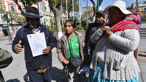 Dirigentes cocaleros anuncian en plaza Murillo la instalación de una vigilia permanente hasta que Franklin Gutiérrez sea liberado. Foto: APG