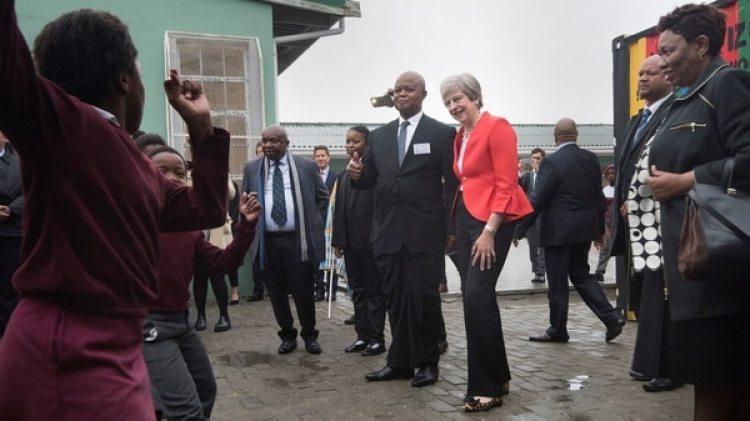 Theresa May posa para una fotografía en una escuela de Sudáfrica (Foto:AFP)
