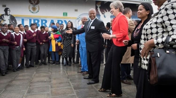 Theresa May se une al baile iniciado por los chicos (Foto: Reuters)
