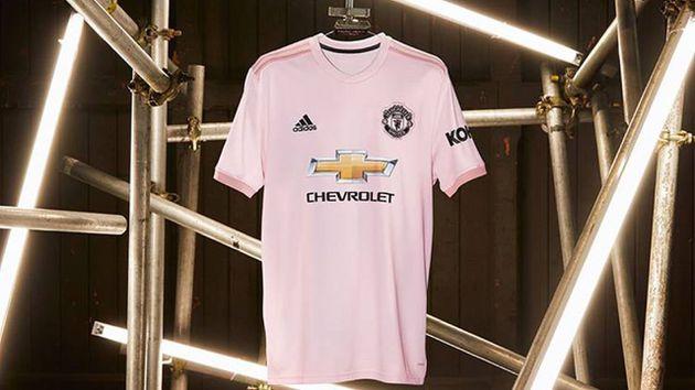 ¿Por qué la camiseta de visitante del Manchester United es rosa?