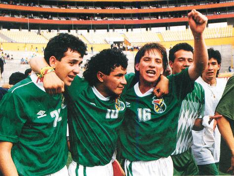 Baldivieso (izq.), Etcheverry y Cristaldo en el festejo luego del empate con Ecuador 1-1. Foto: Libro Salto al futuro