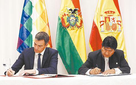 Santa Cruz. Los presidentes de España, Pedro Sánchez, y de Bolivia, Evo Morales, ayer.