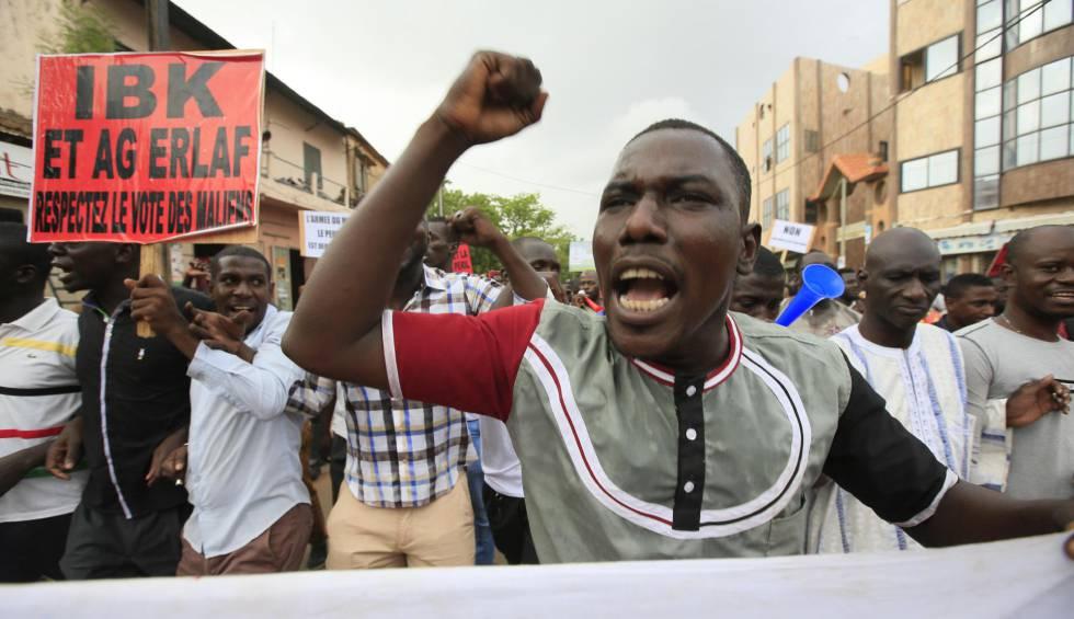 Partidarios del principal partido de oposición de Mali protestan en las calles de Bamako para exigir transparencia en las elecciones el 11 de julio de 2018.