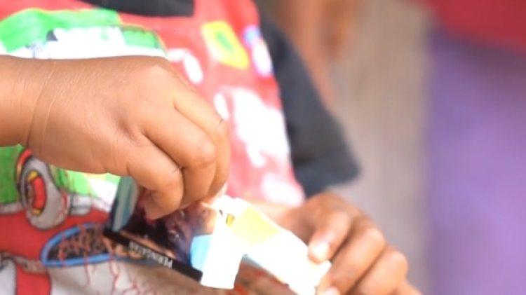 El niño fuma dos paquetes de cigarrillos por día