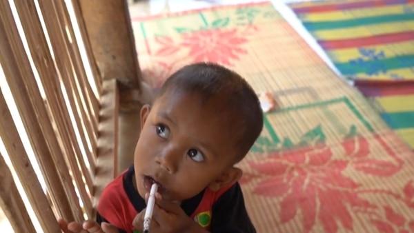 El niño que fuma dos paquetes de cigarro por día