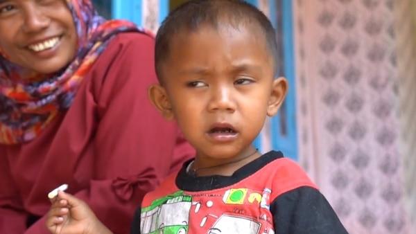 Indigna el caso de un nene de 2 años fumando