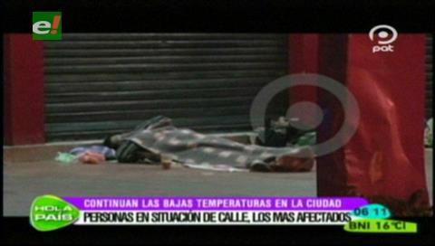 Personas en situación de calle sufren por el intenso frío en Santa Cruz