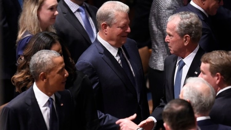Los ex presidentes Obama y Bush despidieron a McCain (AFP)