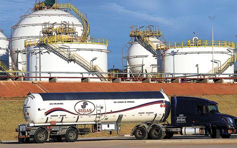 GLP. Un camión cisterna paraguayo en la Planta de Líquidos de Río Grande, en Santa Cruz.