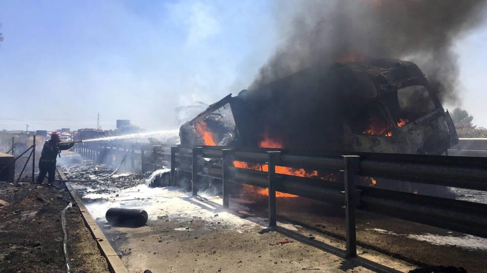 Foto: El incendio de un camión provocó su explosión (EFE)