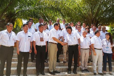 Al centro, los presidente Vizcarra y Morales intercambian saludos al término del IV Gabinete Binacional.