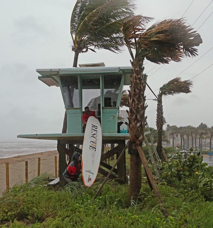 Dania Beach, sur de Florida, con playas desiertas. / AP