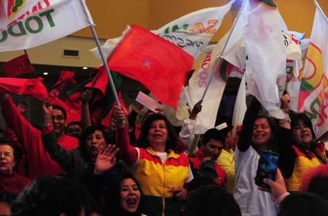 Militantes de partidos políticos en plena campaña electoral con banderas de sus frentes. Foto: Archivo La Razón.