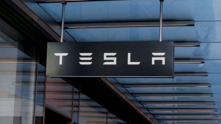 Elon Musk puede tener una cita románticao dormir en el piso de su fábrica de autos. (Reuters)