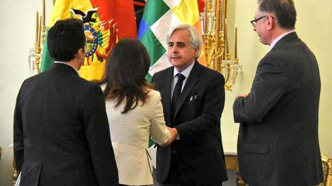 La Vicecanciller y el cónsul chileno Manuel Enrique Hinojosa tras su reunión en Cancillería.