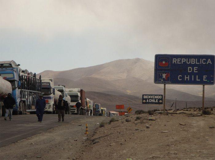 Los transportistas bolivianos protagonizaron una protesta en las afueras de la Terminal Puerto Arica (TPA), en reclamo por la tardanza en la carga y descarga de sus camiones, que les provoca estar parados hasta por 20 días.