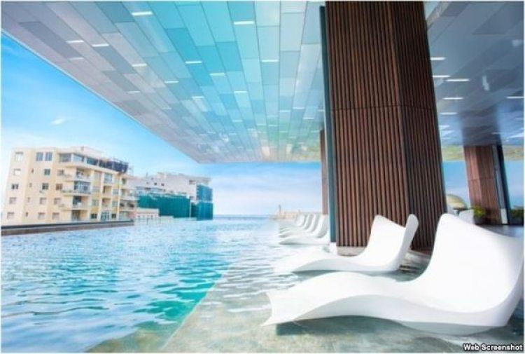 La piscina del Grand Packard, con vista al Malecón habanero y sus azoteas (Iberostar)