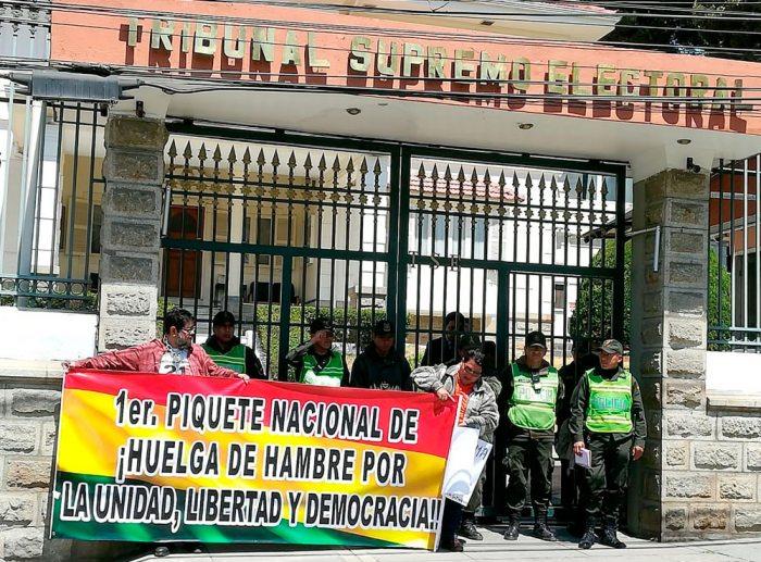 ACTIVISTAS DE COLECTIVOS Y PLATAFORMAS POR EL 21F EN PROTESTA ANTE EL TRIBUNAL SUPREMO ELECTORAL.
