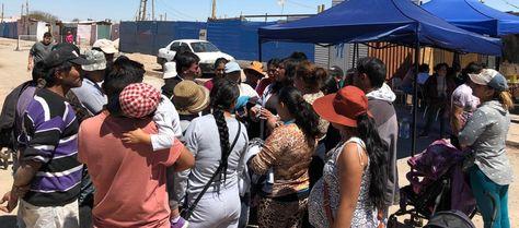 Damnificados bolivianos conversan con autoridades consulares. Foto: Cancillería