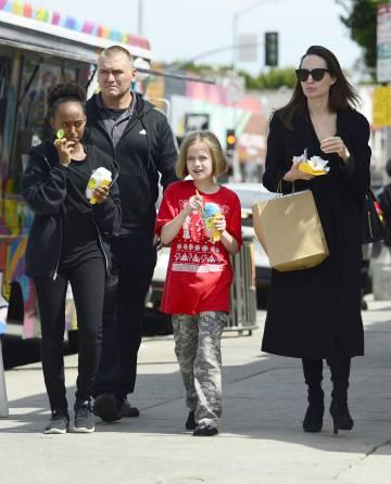 Angelina Jolie con Zahara y Vivienne comiendo un helado, en Los Ángeles.