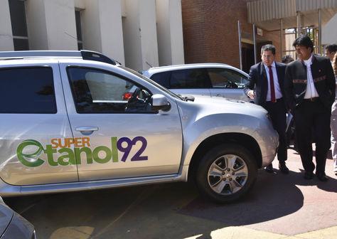 Un vehículo con el combustible Súer Etanol 92. Foto: Ministerio de Hidrocarburos