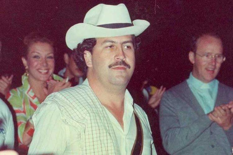 La estrella Virginia Vallejo sonríe detrás de Pablo Emilio Escobar Gaviria, quien fuera su amante durante cinco años. Ahora, entabló una batalla legal contra Netflix
