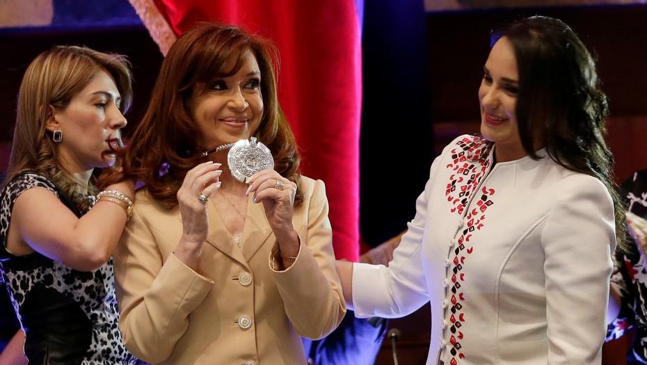 Le quitaron una condecoración a Cristina Fernández en Ecuador