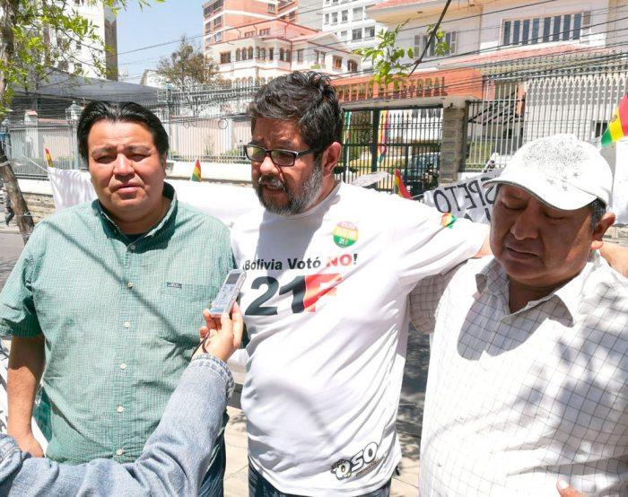 """HARRY PARADA DE """"RESISTENCIA Y SOLIDARIDAD (SANTA CRUZ), HENRY ROJAS DE UNIDOS TODOS (COCHABAMBA) Y TOMÁS CANDIA (CIDOB), EN HUELGA DE HAMBRE FRENTE AL TSE."""