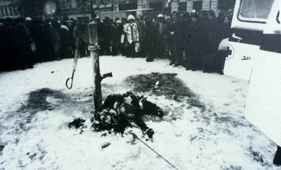 Badylak yace junto a la fuente a la que se encadenó (Archivo Nacional de Polonia)