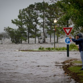 El huracán Florence avanza sobre Carolina del Norte, derrumbando viviendas