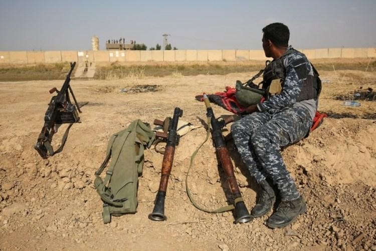 Un soldados del ejército iraquí observa posiciones de las milicias kurdas (AFP)