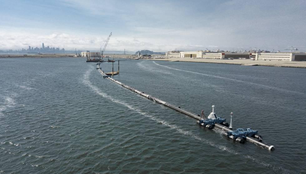 El sistema de limpieza de The Ocean Cleanup, durante su puesta en marcha en San Francisco.