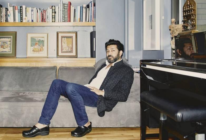 Mukherjee, en un sofá de su dúplex del barrio de Chelsea, en Nueva York.