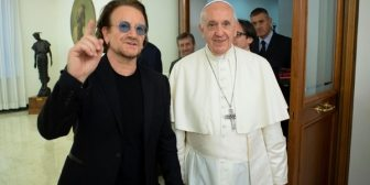 El papa Francisco recibió a Bono en su residencia en el Vaticano