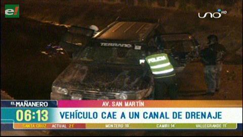 Vehículo cae a un canal de drenaje en la avenida San Martín