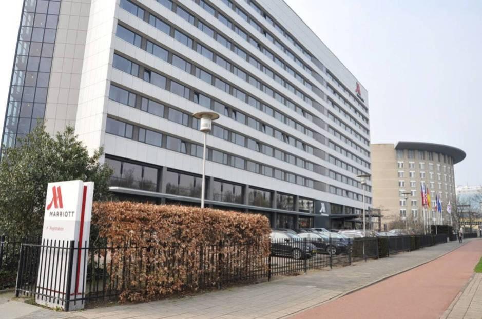 El hotel Marriott de La Haya, situado junto a la sede de la OPAQ, al fondo. (Reuters)